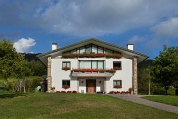 casa rural situada en bakio con viñedos y bodega