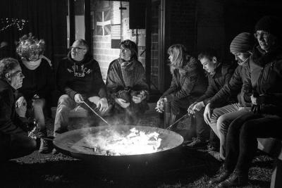 Asando txistorra en torno al fuego, en el primer Txitxiburduntzi (que sepamos) de Bélgica (foto  Kasper Berlamont/ Manu Behaeghe)