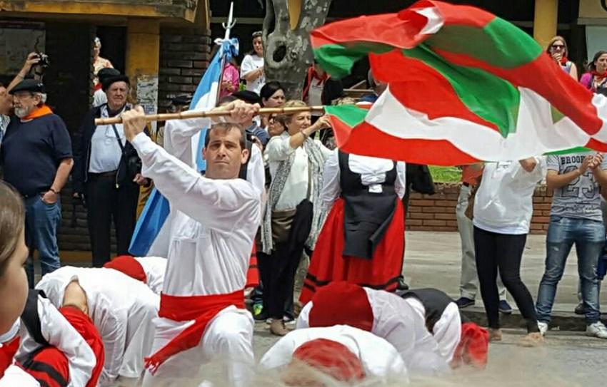 Dantzaris argentinos desplegando la ikurriña