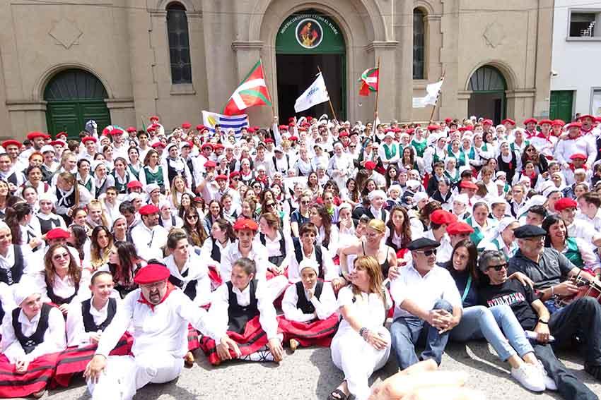 Igandeko dantzarien alardean parte hartutakoen talde argazkia (argazkia EuskalKultura.com)