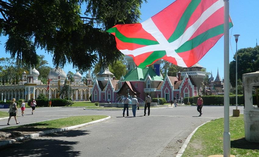 La Platako 2014ko Euskal Astean, Haurren Errepublika ikurrinaren koloreekin