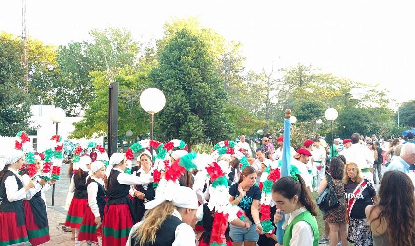 Dantzaris en el Jaialdi 2017 de Mar del Plata