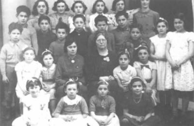 Se quiere identificar a todas las niñas y niños que aparecen en esta fotografía de Montrose, en Escocia