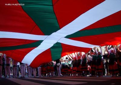 En el inicio del BAC, desfile de los alumnos del Colegio Euskal Echea