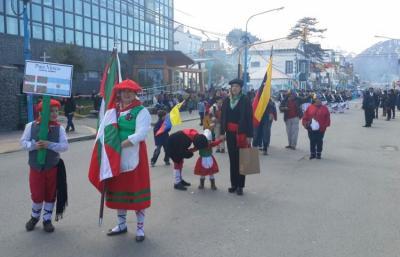 Ikurrina eta euskal dantzaria kolektibitateetako ordezkari bat gehiago izan dira aurten Ushuaiako 132. urteurren desfilean
