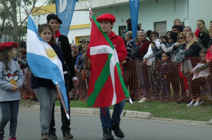 Bi herrietako banderak San Nicolasen