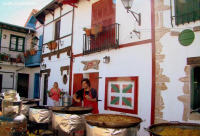 San Nicolaseko Euskal Etxeko patioa eta euren paella tipikoak (argazkia Maru Maiztegui)