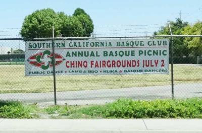 """""""Southern California Basque Club""""en piknik eta festa iragartzen duen pankarta Chinoko Fairgrounds-etan (arg. EuskalKultura.com)"""