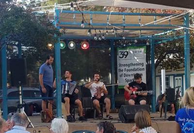 Errebal taldea atzo Reno-Sparks-eko Victorian Square-n eskaini zuen emanaldian (arg. Lisa Corcostegui)
