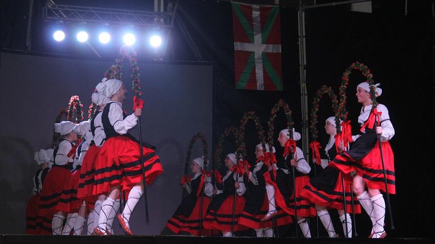 'Uztai Handiak' eta koloretsuak zabaldu zituzten Bahia Blancako neskek euren dantzan (argazkia Pilar Alava)