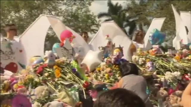 Estudiantes y profesores regresan al instituto de la matanza en Florida