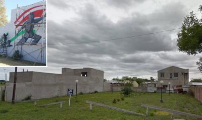 Gral. Villegasko Gernika Plazan euskal motibodun mural bat ari dira pintatzen herriko bi artista (argazkia Banderaló Noticias)