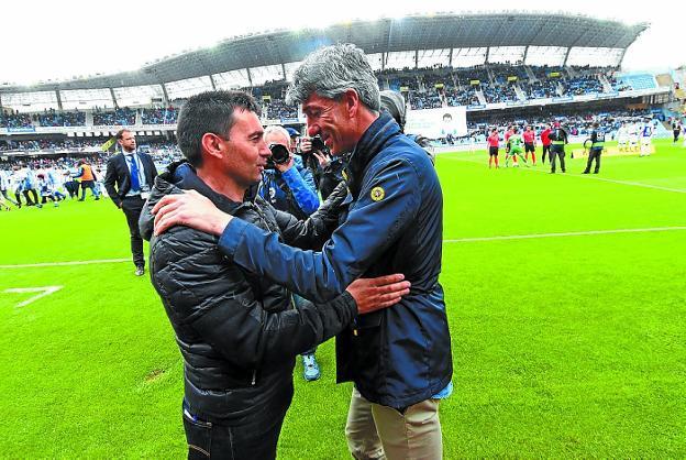 Asier Garitano se saluda con Imanol antes del encuentro del sábado. / J. M. LÓPEZ