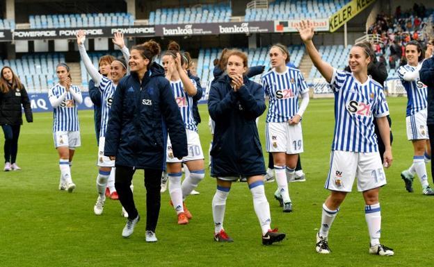 Las chicas de la Real Sociedad saludan a la afición al término del partido. /José Mari López