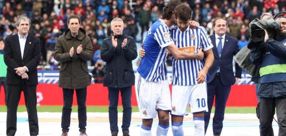 Xabi Prieto y Carlos Martínez, emocionados en su despedida como jugadores de la Real Sociedad