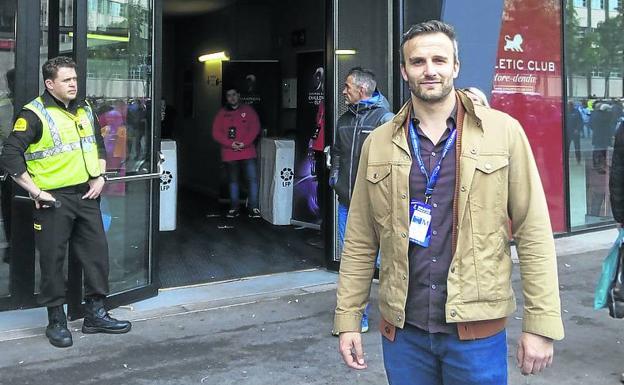 Valzer Simon, a punto de cruzar la puerta de Prensa de San Mamés.