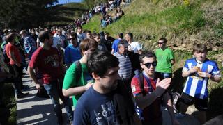 Gran ambiente en Arrate para ver el paso de la Vuelta al País Vasco
