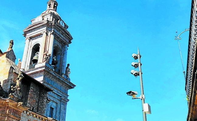 El lector de matrículas para el control de acceso al cruce de Txaketua se eleva a seis metros