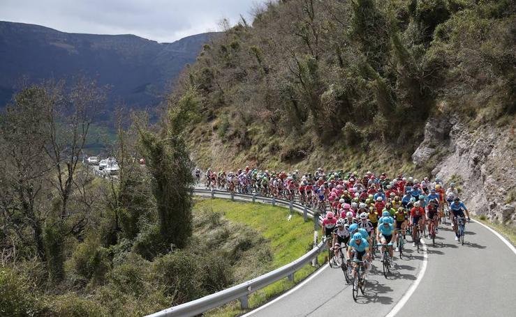 Paso de los ciclistas por el alto de La Barrerilla