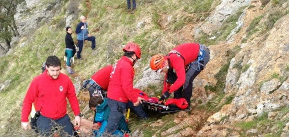 Un corredor rescatado en helicóptero tras caerse en Udalaitz