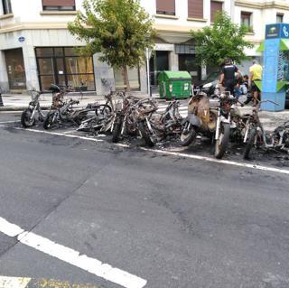 Quemadas once motos en Donosti
