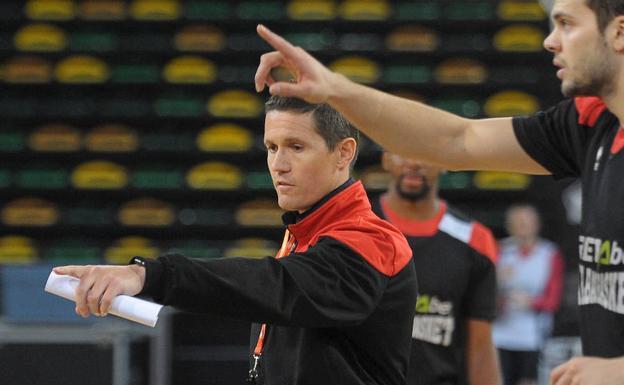 Jaka Lakovic indica a Todorovic su trayecto durante el entrenamiento de un sistema./