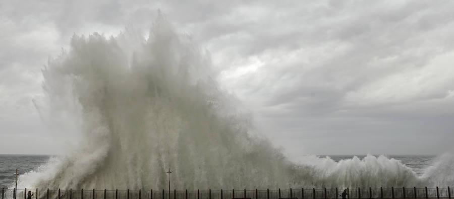 El espectacular azote de las olas en San Sebastián