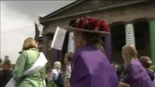 Miles de mujeres salen a las calles de Reino Unido en contra de la desigualdad de sexo