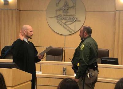 Aitor Narvaiza Elkoko sheriff gisa zin egiten (arg. Elko Nevadako Sheriffaren Bulegoa)