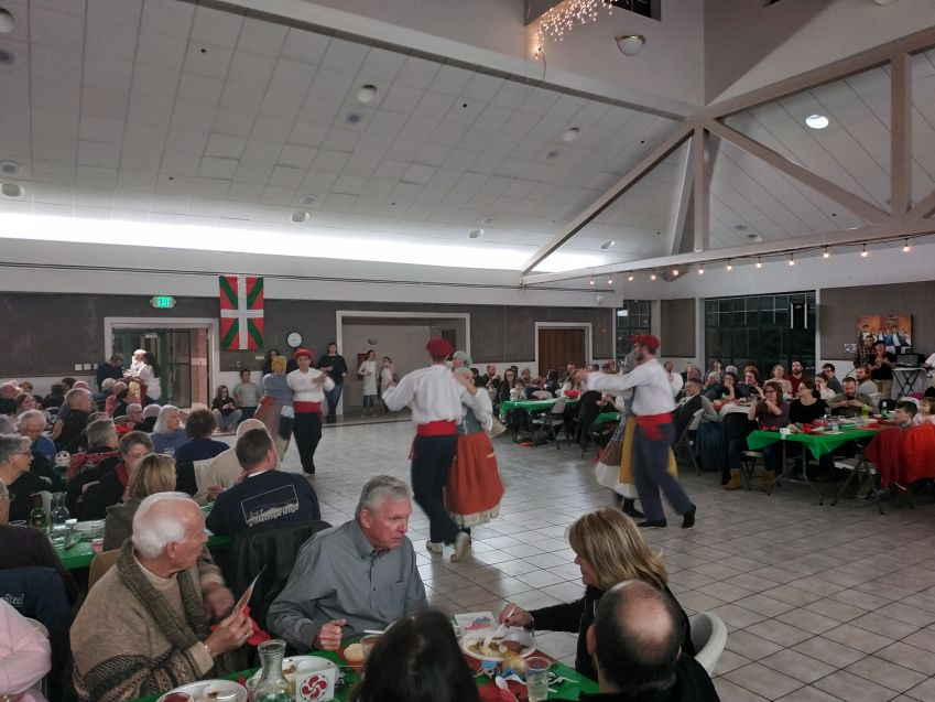 Cena y espectáculo de danzas vascas
