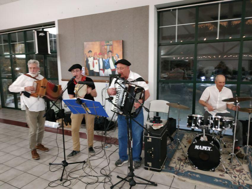 Con músicos vascos locales