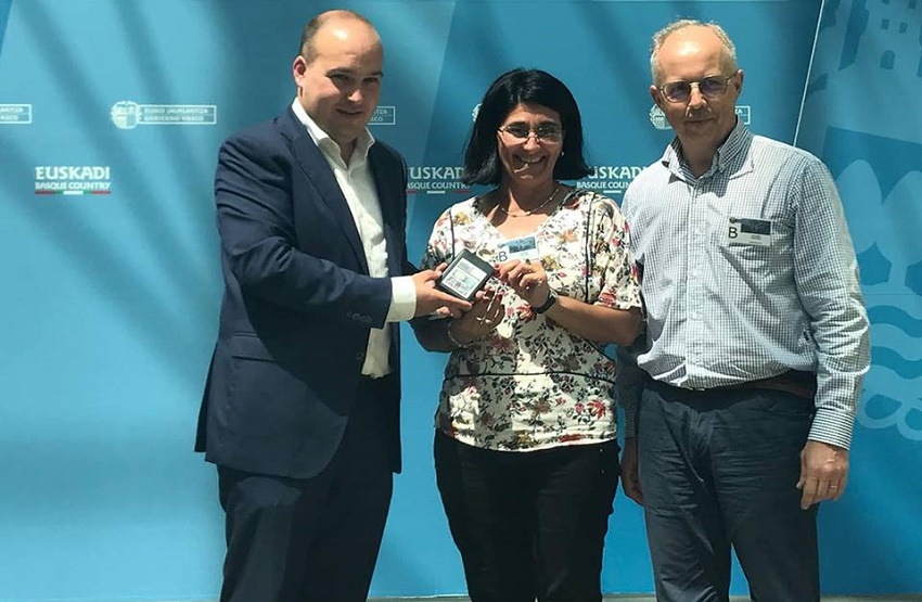 Maria Fernanda and her husband César Etcheverry, in June 2018 presenting Gorka Alvarez a CD with club photos