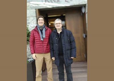 Aitor Iñarra (coordinador de Euskera de NABO) y Joseba Etxarri (EuskalKultura.com, Hotel Heredad de Unanue) en la entrada del hotel