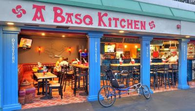 El Basque Kitchen está situado en Redondo Beach, California, en primera línea de mar, regentado por el chef baionés Beñat Ibarra