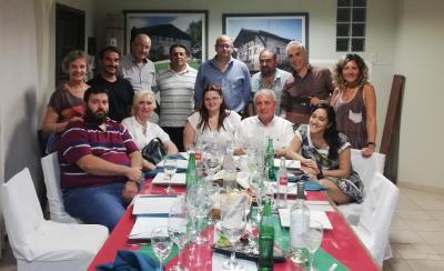 Integrantes del Centro Vasco Euzko Etxea con autoridades de las productoras que realizarán el film 'El Vasco'  (foto EE)