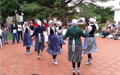 Dantzaris del Zingirako Euskaldunak celebrando el 20 aniversario de Luminares