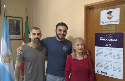 Mendozako Denak Bat-eko euskara irakasleak, Dario Di Giorgi, Lauraro Pincheira eta Gabriela Pagola